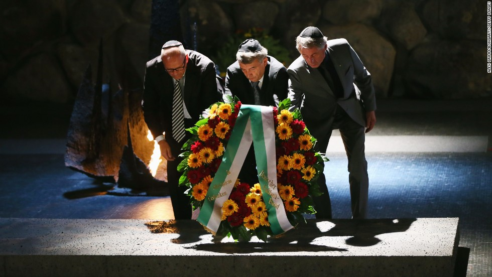 DFB president Wolfgang Niersbach (center), vice-president Rolf Hocke (right) and the German ambassador in Israel, Andreas Michaelis, lay a wreath during last week's visit of the German delegation at Yad Vashem.