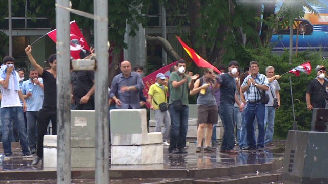 Police, protesters face off in Ankara