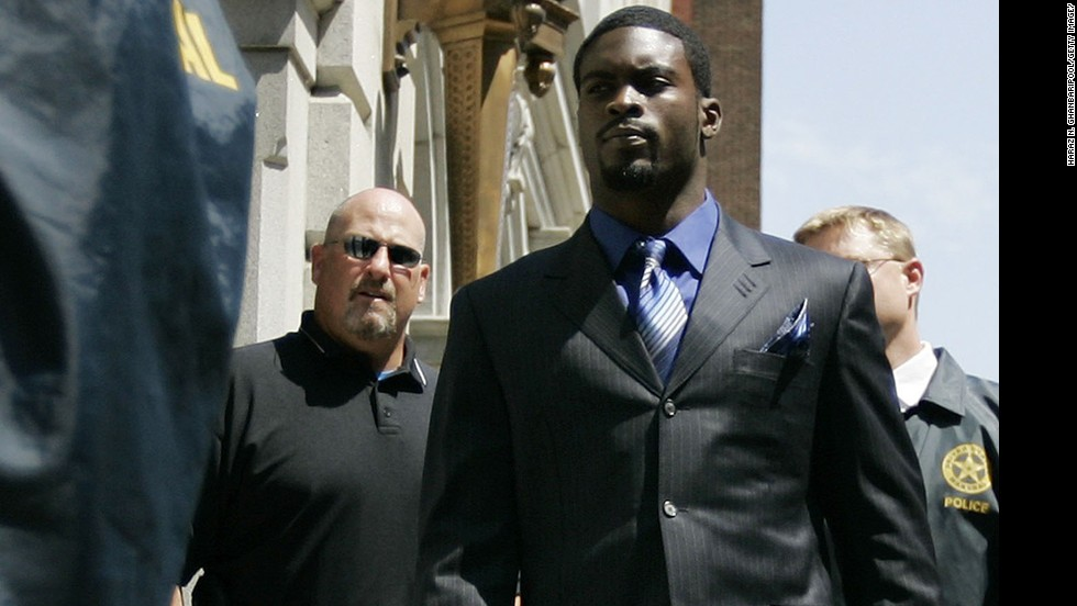"NFL quarterback<a href=""http://www.cnn.com/2013/06/24/us/michael-vick-fast-facts/index.html"" target=""_blank""> Michael Vick</a> worked with Smith after he was charged in a federal case involving a dogfighting ring in 2007."