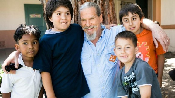 Jeff Bridges poses with some school children he met through Share our Strength