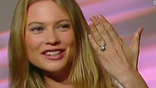 2013: Adam Levine's fiancee shows off bling