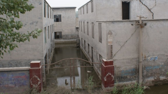 Huge cracks appeared on an abandoned elementary school of Xiao Guoqiang