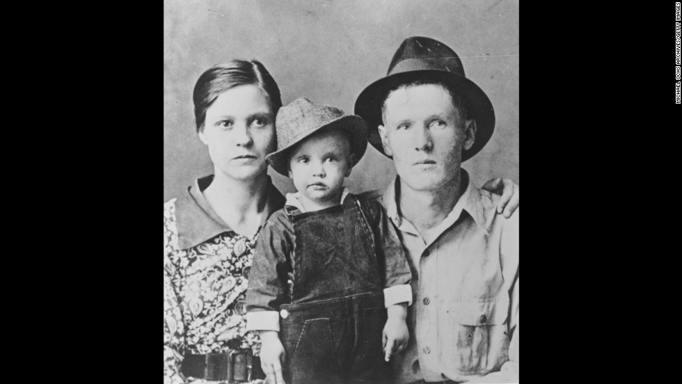 Elvis poses for a family portrait with his parents, Gladys Presley and Vernon Presley, in Tupelo, Mississippi, in 1937.
