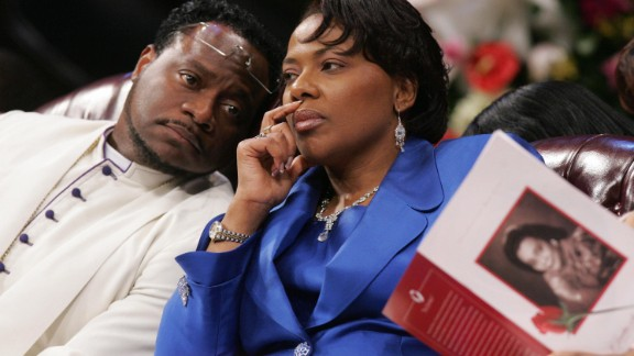 Bernice King confers with Bishop Eddie Long during a 2006 funeral service for her mother at Long