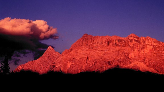 Every evening, these stunning peaks lay on a glorious display of color, starting out bright yellow before turning an intense red that softens to indigo and violet before darkness finally envelops the mountains.