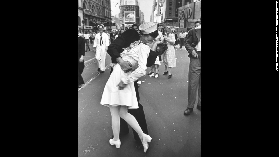Alfred eisenstaedts photograph of an american sailor kissing a woman in times