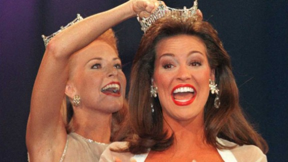Tara Dawn Holland, right, from Kansas, is crowned Miss America 1997, by Shawntel Smith.