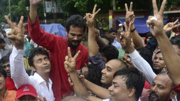 Bangladeshi activists shout slogans in Dhaka on September 17, 2013, during the sentencing.