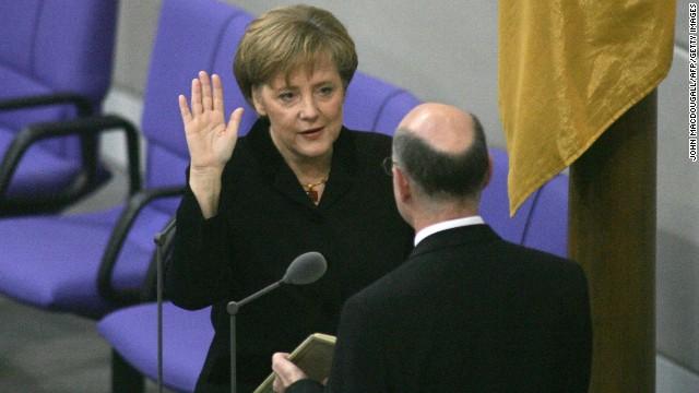 Angela Merkel a prêté serment en tant que première femme chancelière d'Allemagne en novembre 2005.