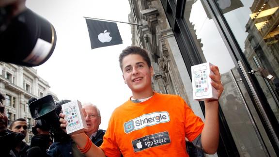 """La """"iPhonemanía"""" se desató este viernes con la salida a venta de los nuevos iPhones 5S y 5C. Fanáticos de la """"Manzana"""" hicieron largas filas para comprar su teléfono y expresaron sus emociones cuando salieron con él en las manos."""