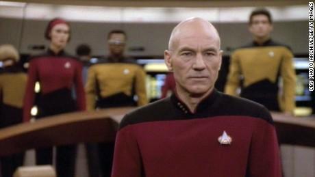 Patrick Stewart dans le rôle du capitaine Jean-Luc Picard dans une scène d'un épisode de