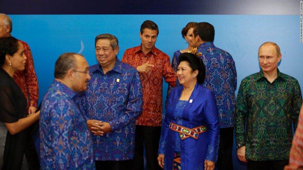For their get-together in Bali in 2013 APEC leaders and their partners were  given 1b7f41081