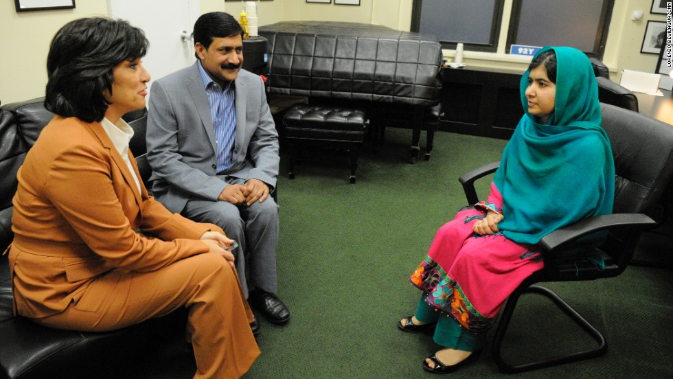 Amanpour talks backstage with Malala and her father.