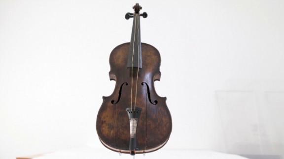 pkg azuz titanic violin auctioned_00002007.jpg