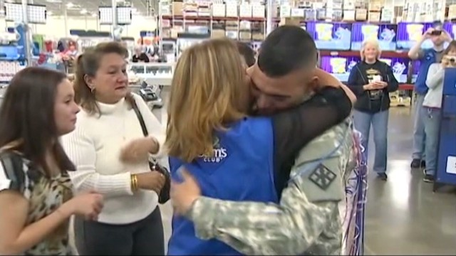 Deployed soldier surprises mom
