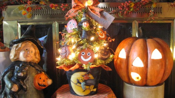 The warm fireplace accented with a Halloween tree, witch and jack-o'-lantern can been seen on Guillen's blog, Country Creations by Denise.