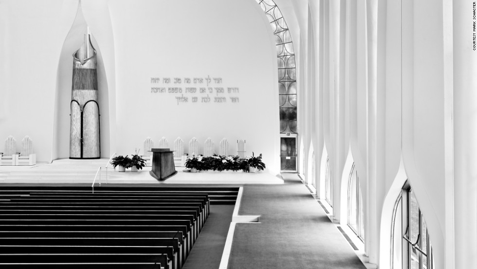 The North Shore Congregation of Israel Synagogue in Glencoe, Illinois, is the work of Minoru Yamasaki, the architect who designed the twin towers of the World Trade Center in New York City.