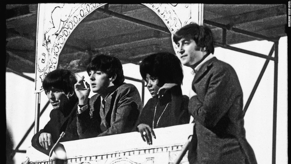 ". Un año después de haber grabado ""Please Please Me"", los Beatles se habían presentado ante 75 millones de estadounidenses en el show de Ed Sullivan y habían volado a casa para filmar ""A Hard Day´s Night"" y grabar ""Around the Beatles""."