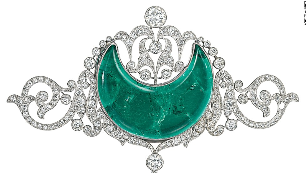 The head-piece that the Maharani wore was later adapted as a brooch. Apart from using the stones for jewelry, the Maharajas often asked for verses of the Koran to be carved into the stones, giving them a divine aspect.