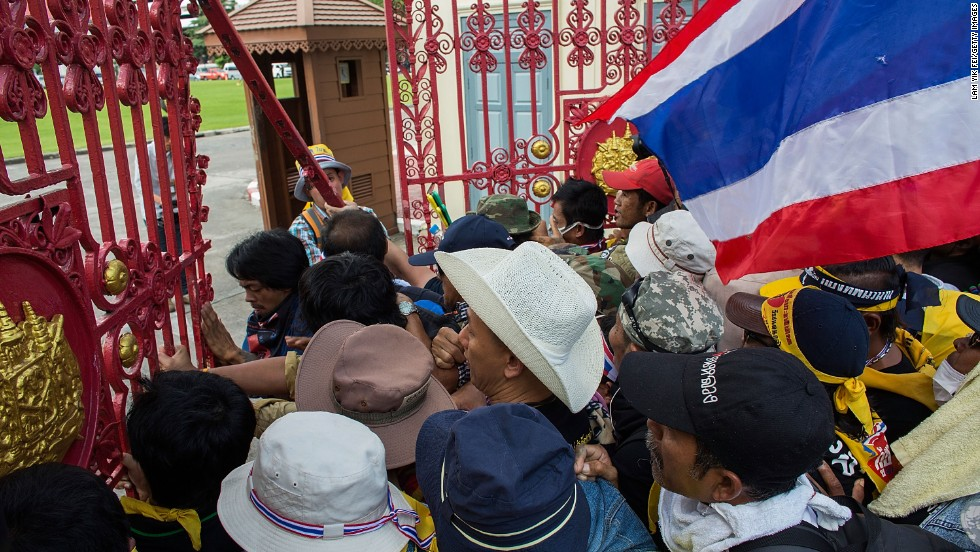 Opposition protesters in Bangkok say they plan to march towards the headquarters of Prime Minister Yingluck Shinawatra's ruling party on Friday, as they continue their campaign to overthrow her.