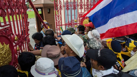 Opposition protesters in Bangkok say they plan to march towards the headquarters of Prime Minister Yingluck Shinawatra