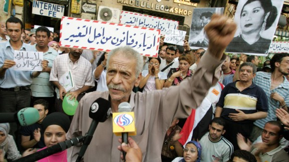 Egyptian poet, Ahmed Fouad Negm, rallies attendants during a public meeting organized by the opposition movement 'Writers and Artists for Change' in Cairo in 2005.