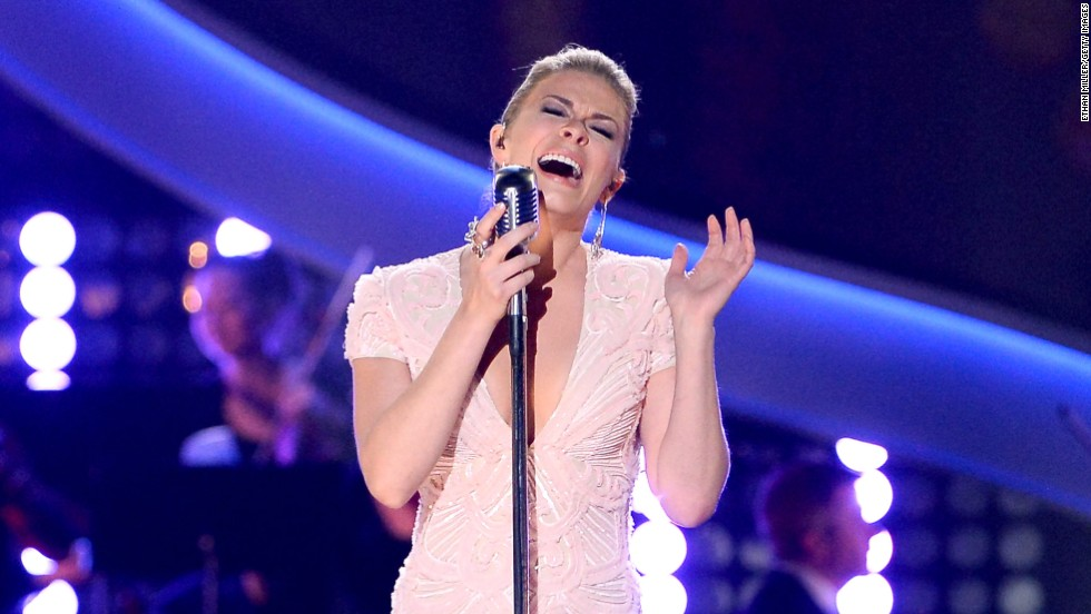 LeAnn Rimes became overcome with emotion while performing a tribute to Patsy Cline at the American Country Awards on December 10.