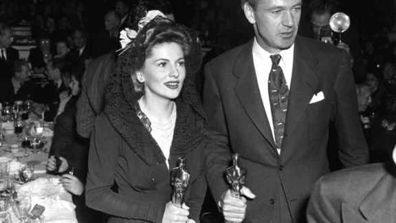Fontaine holds her Oscar at the awards show in February 1942.