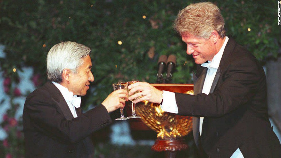 President Bill Clinton offers a toast to Emperor Akihito at the White House in June 1994, during the first state dinner of Clinton's administration.