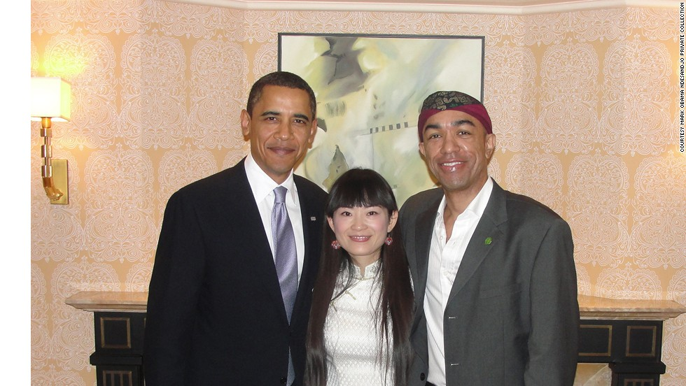 Mark Obama Ndseandjo y su esposa con Barack Obama.
