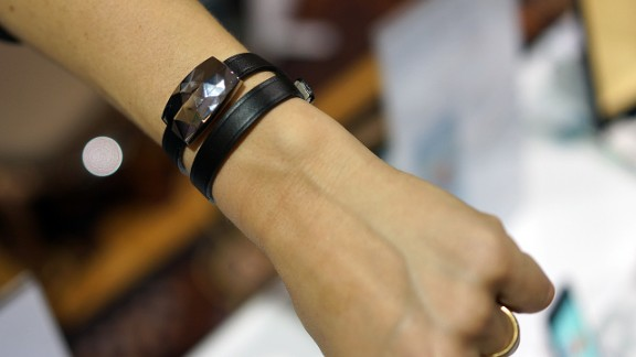 With Netatmo's June, a sensor disguised as a bracelet or brooch tracks sun exposure and gives healthy advice to the wearer.