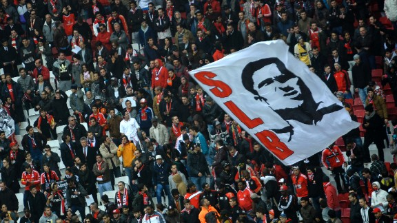 Fans unfurled a banner with Eusebio