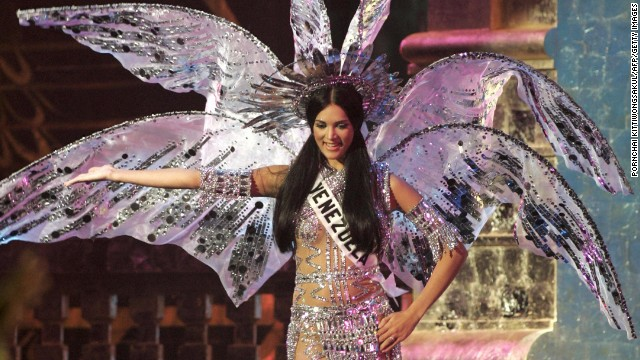 ANGKOK, THAILAND: Miss Venezuela Universe 2005, Monica Spear performs during the National costume competition in Bangkok, 25 May 2005. The 54th annual Miss Universe contest will take place in Bangkok on 31 May 2005.