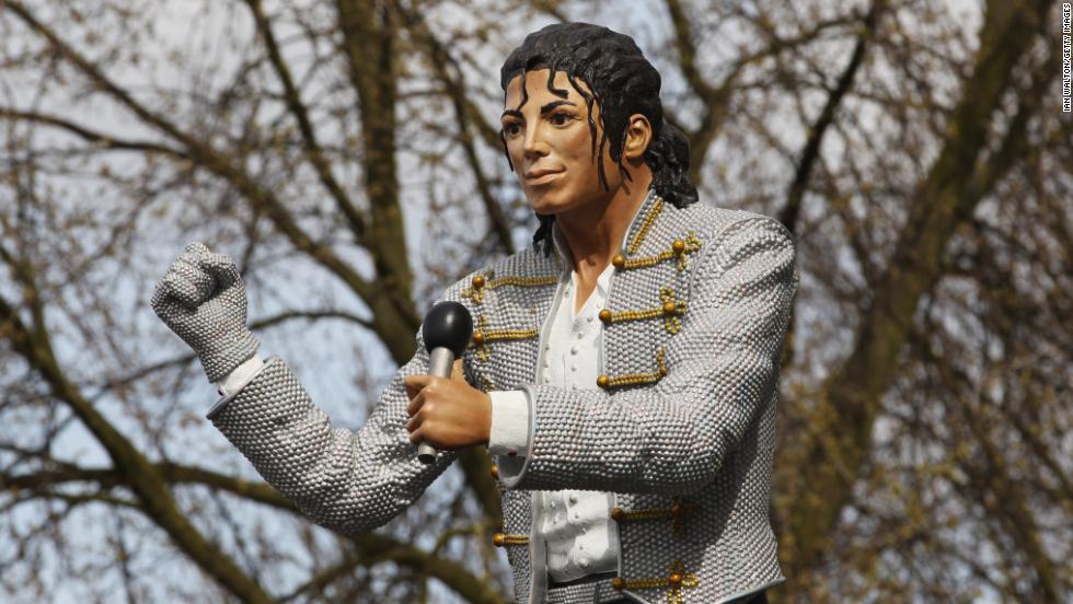 Die Statue von Jackson wurde kurz im Stadion von Craven Cottage in Fulham gezeigt.