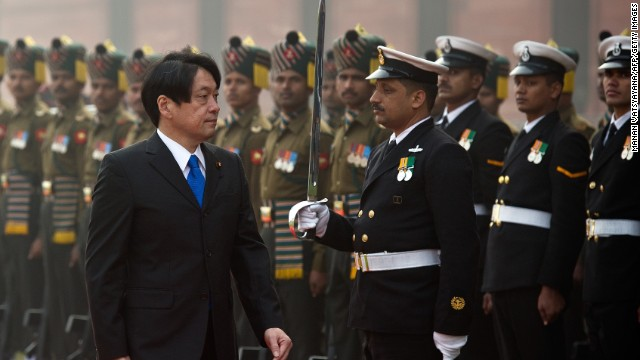 Japanese Defense Minister Itsunori Onodera (L) inspects a guard of honor in New Delhi on January 6, 2014.