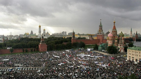 """People take part in a """"Russia-against terrorism"""" mass-meeting next to St Basil"""