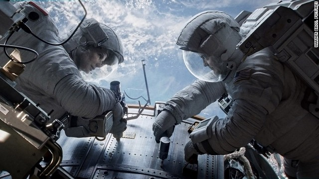 © 2013 - Warner Bros. Pictures Titles: Gravity Names: Sandra Bullock, George Clooney Characters: Matt Kowalski, Ryan Stone Still of Sandra Bullock and George Clooney in Gravity (2013)