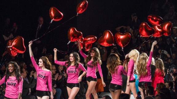 During the final walk, the models wore matching outfits and carried heart balloons. Betsey