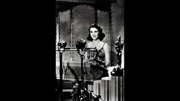 """<strong>Vivien Leigh (1940):</strong> Vivien Leigh accepts her Oscar in 1940 for her performance in """"Gone With the Wind."""""""