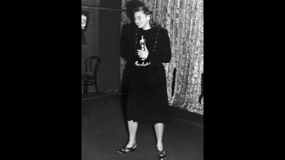 """<strong>Ingrid Bergman (1945):</strong> Ingrid Bergman didn't have to wait long to hold her own best actress award. Here, she poses with the Oscar she earned for her role in the film """"Gaslight."""""""