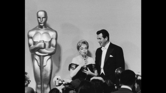 """<strong>Simone Signoret (1960):</strong> Actress Simone Signoret, seen here next to actor Rock Hudson at the Academy Awards ceremony in 1960, won the best actress Oscar for her role in """"Room at the Top."""""""
