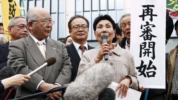 Hideko Hakamada, Iwao's elder sister, speaks to his supporters outside the Shizuoka District Court on March 27 in Shizuoka, Japan.