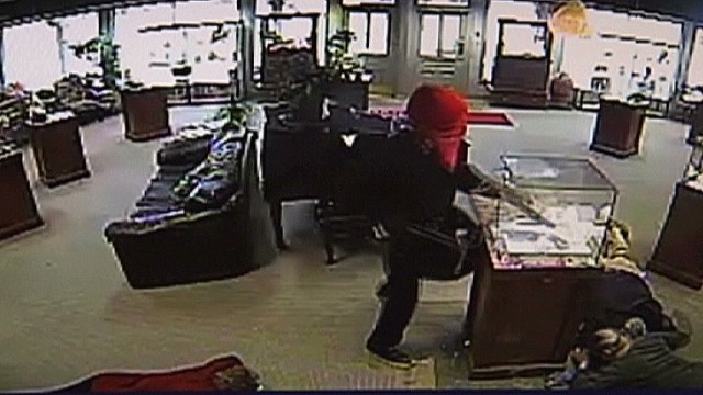 dnt Surveillance camera catches jewelry store heist _00003222.jpg