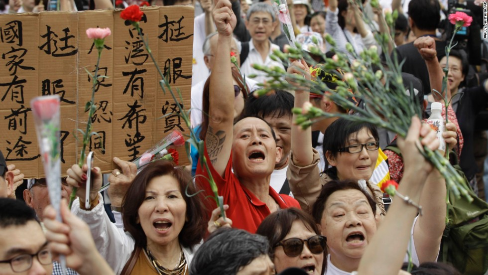 Demonstrators rally in Taipei on Saturday, March 29, asking students to retreat from the Legislature and return the government building to its normal working schedule.