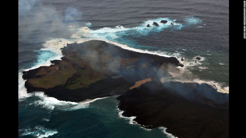 Niijima, bottom right, and Nishinoshima are seen conjoined on December 26, 2014.