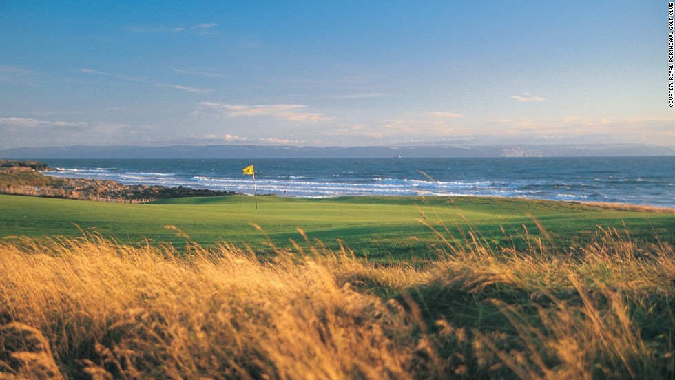 On this magnificent links course, the sea is visible from every hole. It can be played at various lengths, from 7,065 yards par 72 from the black tees down to 6,303 yards from the yellow tees.