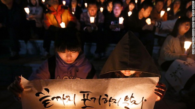 Danwon High School students and members of the public held a vigil for the missing ferry passengers on Sunday.