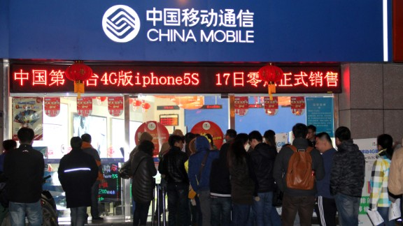 Chinese customers queue up early on January 17, 2014 to purchase the IPhones with 4G (fourth generation) network at a China Mobile outlet in Nanjing, in eastern China's Jiangsu province.