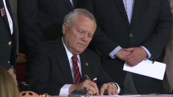 bts ga gov deal signs gun bill_00030605.jpg
