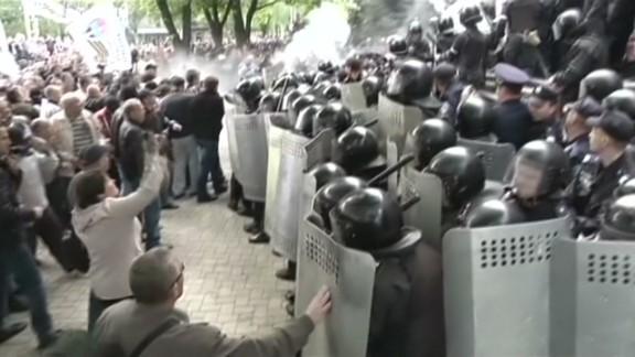 pkg damon ukraine donetsk may day clashes_00003920.jpg